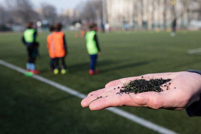 Les terrains de sport synthétiques sont constitués de granulats issus de l'industrie des pneus recyclés. Ici un terrain à Paris en 2008. © Benoît Durand / Hans Lucas via AFP