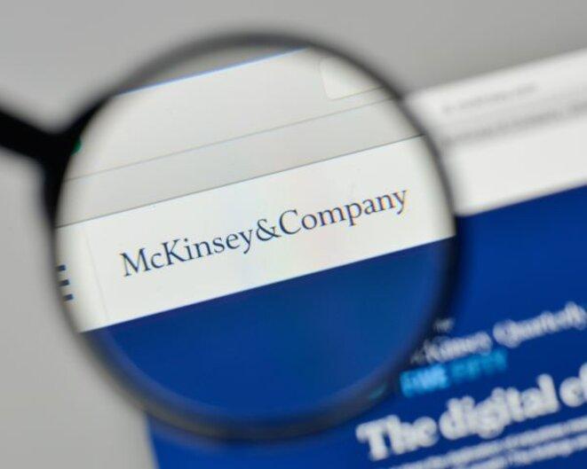 Plan de départs volontaires de fonctionnaires, recours accru aux contractuels, rémunération au mérite... McKinsey & Company en est à l'origine. © Crédit photo : McKinsey, Adobe Stock.