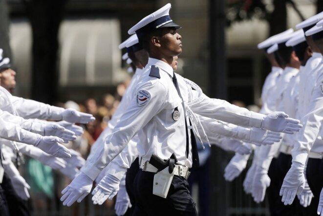 Des élèves des écoles de police de Nîmes et Toulouse défilent sur les Champs-Elysées, le 14 juillet 2018 © Thomas Samson / AFP