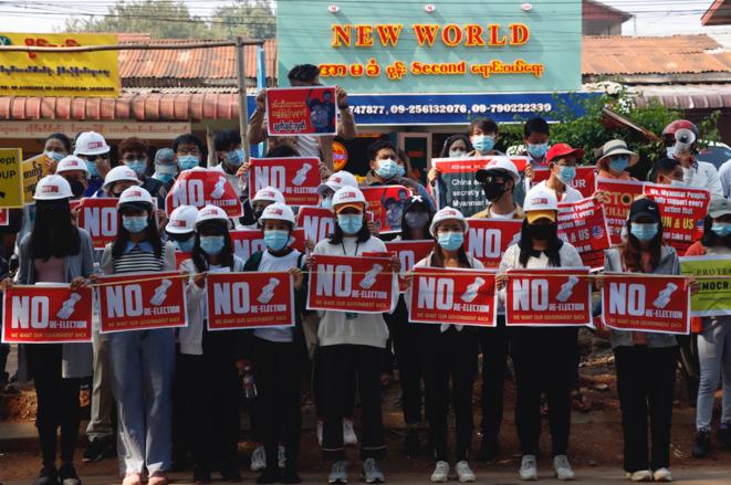 Des manifestants à Lashio (Shan State), le 24 février 2021, expriment leur refus du plan de la junte militaire d'organiser de nouvelles élections dans un an et réclament le respect de leur vote, qui a porté la LND de Aung San Suu Ki au pouvoir en novembre 2020. © Collectif The Myanmar Project