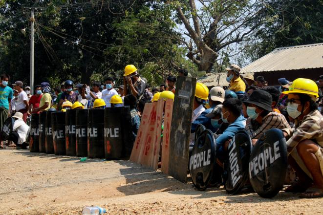 À Salin, Haute-Birmanie, les manifestants sont rassemblés devant le poste de police pour demander la libération d'un père et son fils détenus plus tôt dans la journée, le 3 mars 2021. Le rassemblement a été dispersé dans la violence. © Collectif The Myanmar Project