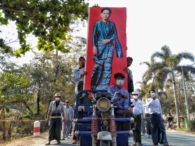 Un groupe de partisans de Aung San Suu Kyi entre dans Shwedaung (Sagaing) pour la manifestation quotidienne, le 22 février 2021. © Collectif The Myanmar Project