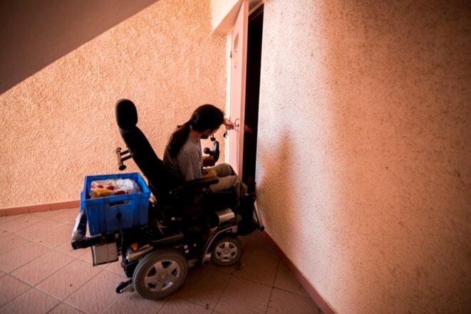 Un adulte handicapé sur son fauteuil roulant à Argelès-sur-Mer (Pyrénées-Orientales), en 2020. © Stéphane Ferrer Yulianti / Hans Lucas via AFP
