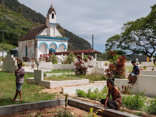 Cimetière de Mangareva au Gambier, principale île touchée par les retombées radioactives. © Mathieu Asselin / Disclose