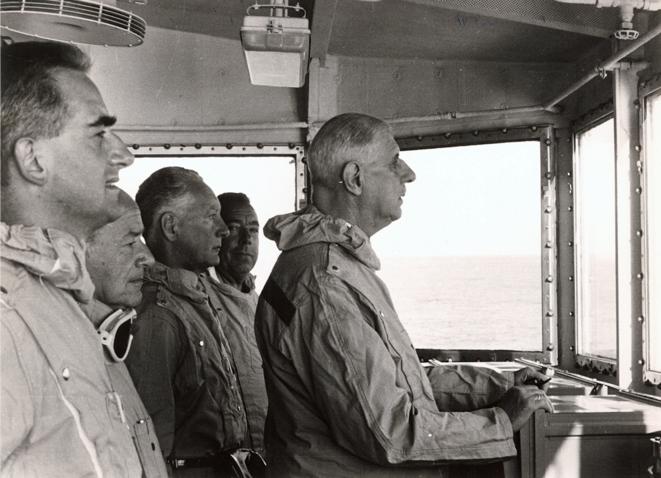 Le général de Gaulle à bord du « De Grasse » assiste au tir Bételgeuse, le 11 septembre 1966. © DR