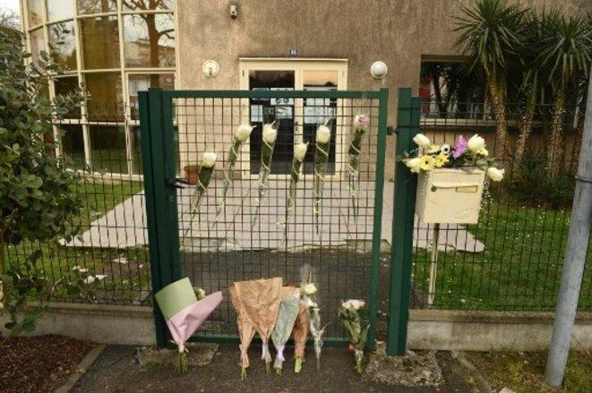 Au lendemain de l'assassinat de Cyril Pierreval, des fleurs étaient déposées à l'entrée du Cada où il travaillait - © Gaizka Iroz / AFP