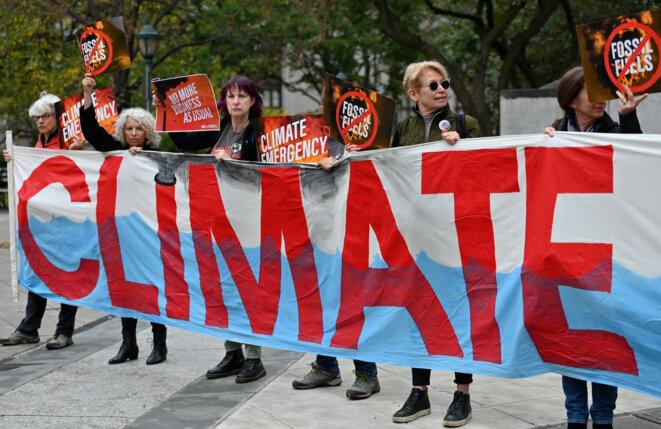 Manifestation à New York lors d'un procès contre ExxonMobil en octobre 2019. © Angela Weiss / AFP