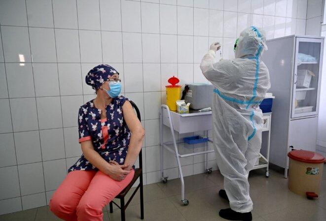 Vaccination dans la petite ville de Brovary, près de Kiev, le 24 février 2021. © Sergei Supinsky/AFP