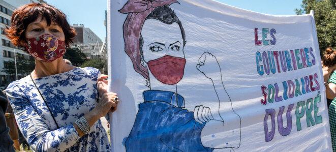 Une manifestation du personnel de l'hôpital Robert-Debré, à Paris, le 28 mai 2020. Les soignants demandaient une revalorisation des salaires, plus d'embauches et de moyens. © Karine Pierre / Hans Lucas via AFP