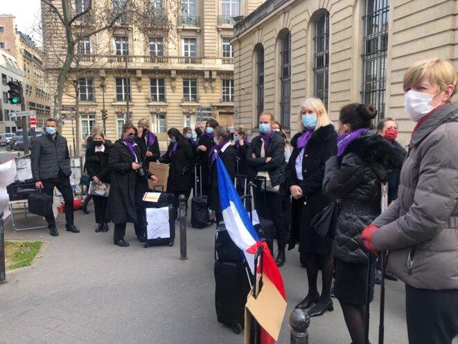Un collectif d'une cinquantaine de personnes s'est rassemblé, mardi 9 mars, devant le ministère du travail. © FabienneAunis