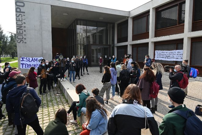 Students gather in a protest in front of the entrance to the Grenoble Sciences Po school on March 9th. © PHILIPPE DESMAZES / AFP