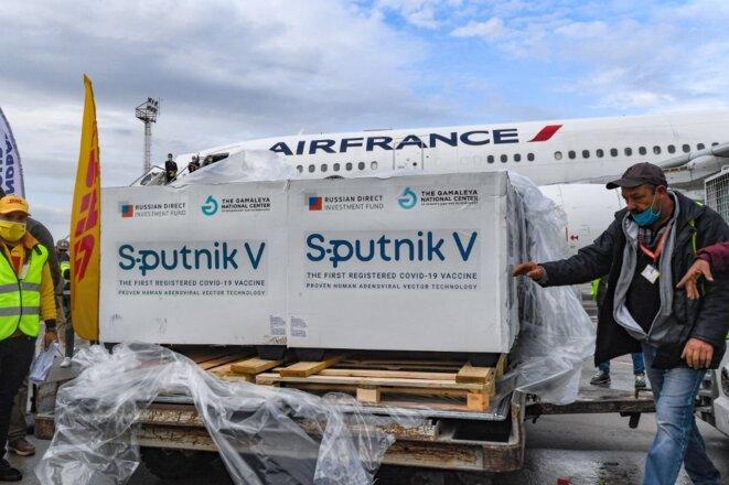 Arrivée de vaccins russes à l'aéroport de Tunis le 9 mars 2021. © Fethi Belai/AFP