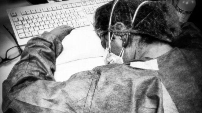 Elena Pagliarini, évanouie à son bureau de l'Hôpital de Crémone, en Italie, en mars 2020 © Twitter