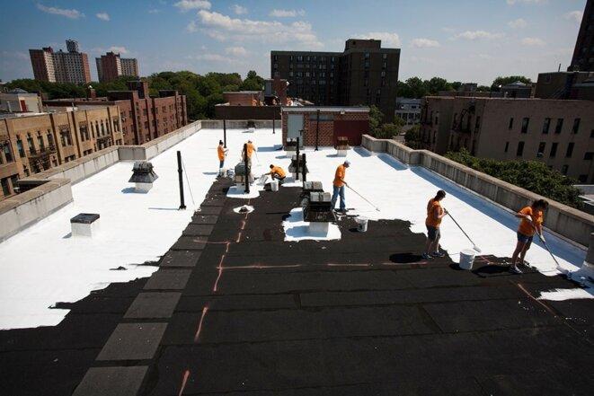 [LE BLANC DE RETOUR POUR LUTTER CONTRE LE RÉCHAUFFEMENT] Toits d'immeubles peints en blanc par des bénévoles dans le cadre de l'initiative NYC CoolRoofs, Le Bronx, New York (États-Unis).