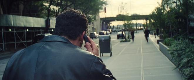 Adam Sandler (Howard) lancé téléphone à l'oreille dans les rues de Manhattan, au-devant de la caméra des frères Safdie © Josh et Bennie Safdie - A24 - Elara Pictures - IAC Films - Scott Rudin Productions - Sikelia Productions