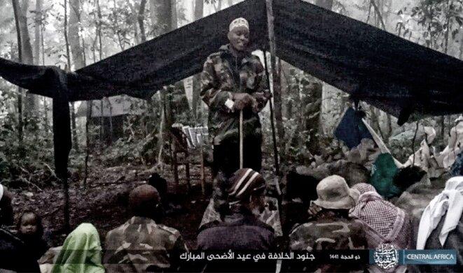 Seka Musa Baluku prêchant devant des membres des ADF dans les camps pour l'Aïd al-Adha 2020, publiée par l'État islamique. © DR