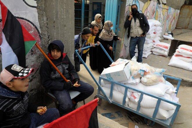 Aide alimentaire de l'UNRWA, en février 2021, dans un camp de réfugiés de Gaza. © Majdi Fathi. NurPhoto via AFP