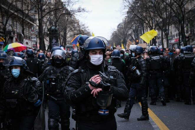 """Un policier équipé d'une caméra lors d'une manifestation contre la loi """"Sécurité globale"""" à Paris, le 30 janvier 2021. © Fred Marie / Hans Lucas / Hans Lucas via AFP"""