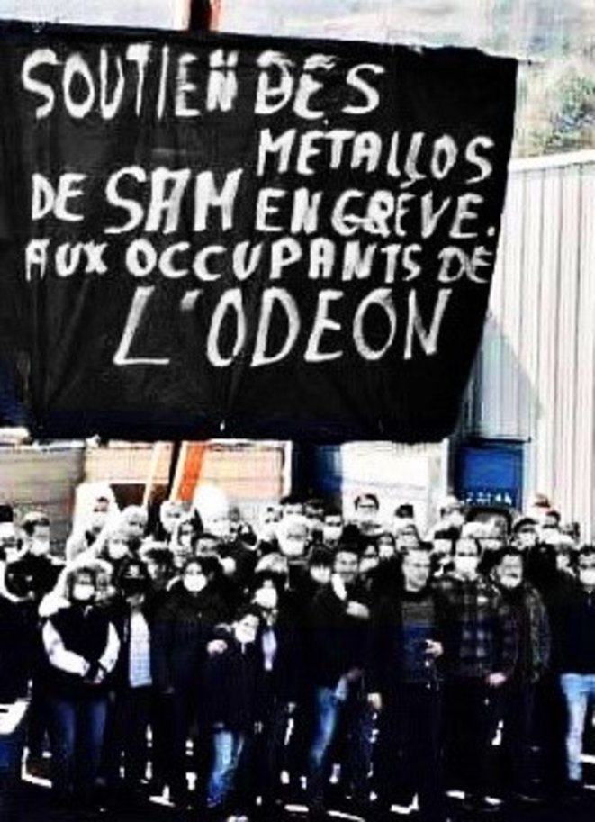 Bannière des ouvrier.es métallos de la fonderie automobile de Viviez-Decazeville en soutien aux occupants de l'Odéon