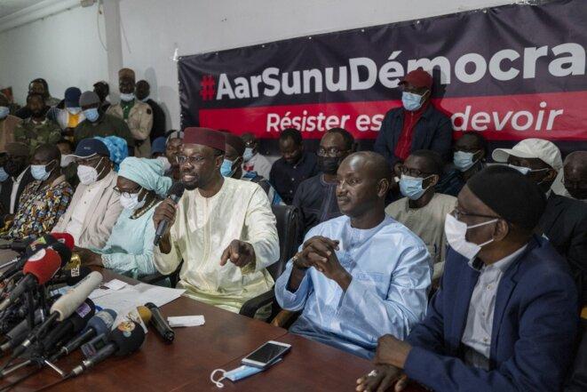 Ousmane Sonko s'adresse à la presse après sa libération le 8 mars. © Cherkaoui Sylvain/ANADOLU/AFP