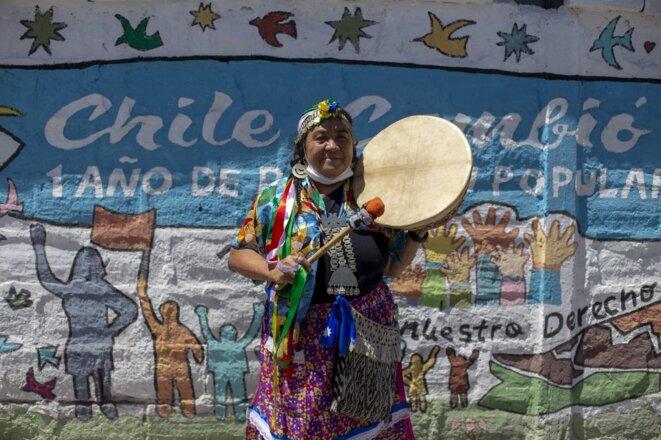 Une candidate mapuche à la Constituante, Juanita Millal, avec le kultrun, instrument traditionnel, à Santiago le 7 janvier 2021. © Claudio Reyes/AFP