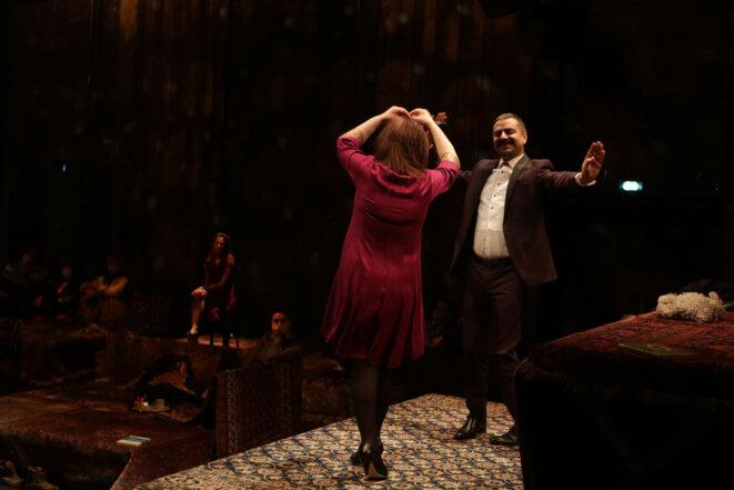 """Gurshad Shaheman dansant avec l""""une des trois soeurs © Agnäs Mellon"""