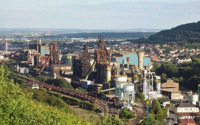 Hauts fourneaux de Patural à Hayange et aciérie de Sérémange en 2011. Les hauts fourneaux ont été définitivement éteints en 2018.