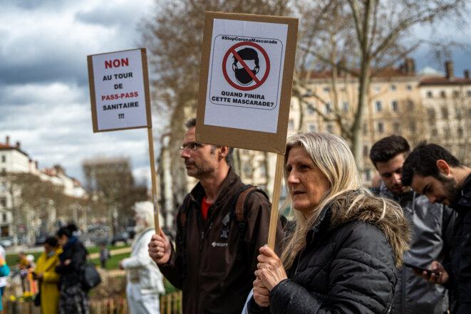 Des manifestants opposés à l'obligation du port du masque et au pass sanitaire, à Lyon, le 13 mars 2021. © Nicolas Liponne / Hans Lucas via AFP