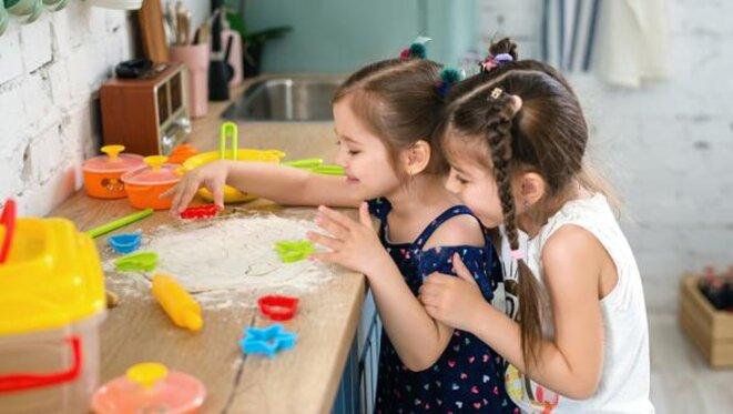 Deux petites filles en train de jouer © Polesie Toys/Pexels.com