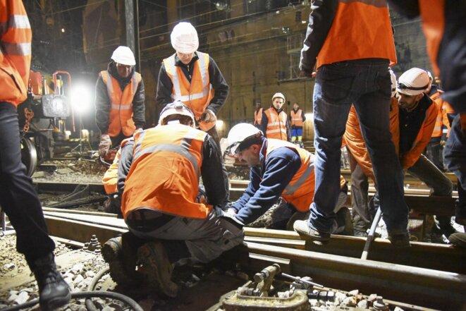 Des agents de maintenance de la SNCF, en 2015. © Alain Delpey / Hans Lucas via AFP