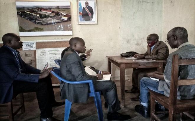 Des enquêteurs de la plateforme CASMIA avec le bourgmestre adjoint de Panda © DR