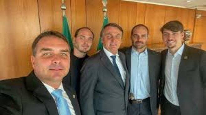 Flavio, Carlos, Eduardo et Jair Renan, de gauche à droite, probablement en 2020 à Brasilia. On notera le pistolet glissé entre pantalon et chemise de Eduardo Bolsonaro. © Reproduction compte Twitter