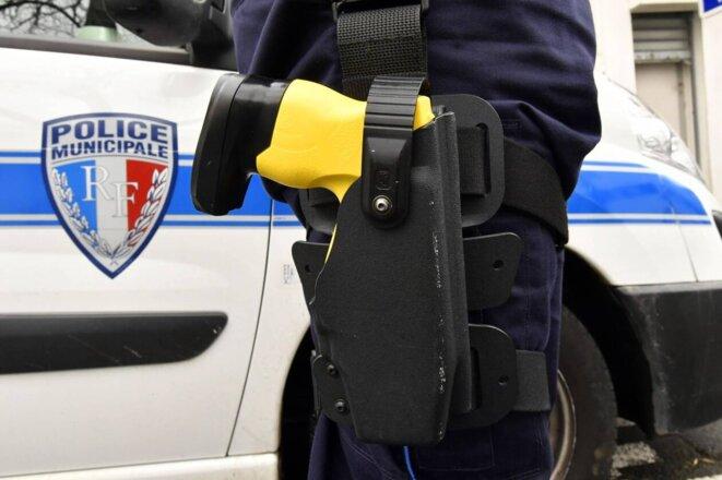 Pistolet à impulsions électriques (PIE) communément appelé Taser.