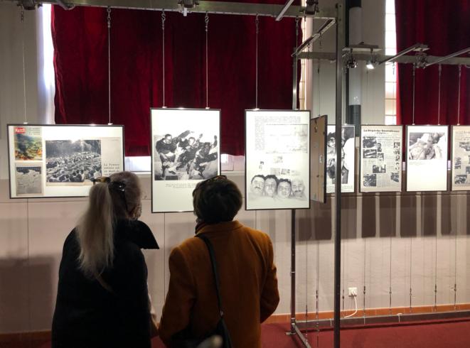 Deux visiteuses de l'exposition organisée par Louis Aliot. © LD