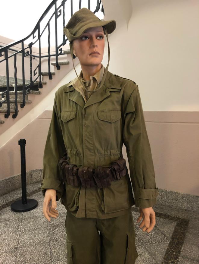 Mannequin accueillant les visiteurs à l'exposition organisée par Louis Aliot. © LD