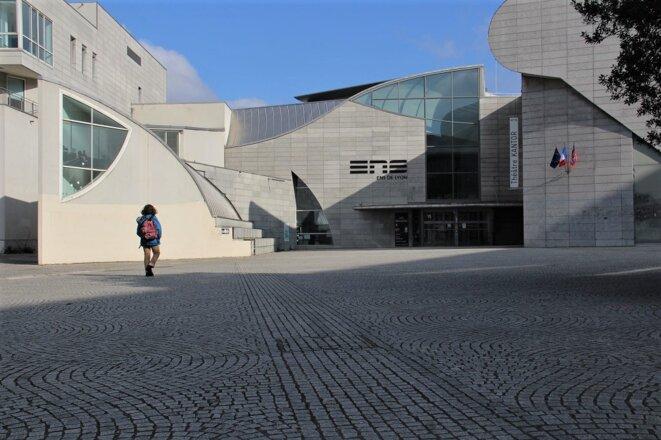 À l'entrée de l'École normale supérieure de Lyon, dans le quartier de Gerland. © N. Barriquand / Mediacités.