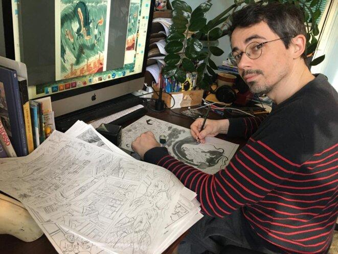 """Ewen Blain, au travail lors de la réalisation de la BD """"Naoto, le gardien de Fukushima"""", écrite avec Fabien Grolleau, paru aux éditions Steinkis. Photo G. Lecaplain"""