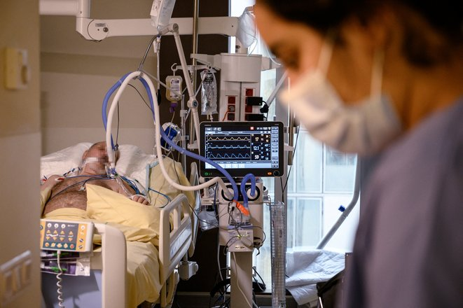 Un homme atteint du Covid soigné à l'hôpital Avicennes, le 8 février 2021. © BERTRAND GUAY / AFP