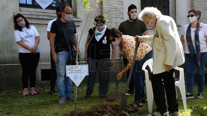 Lita Boitano plantant un arbre à l'ex ESMA
