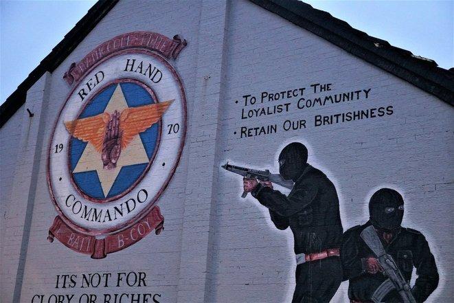 En Rathcoole, un suburbio de Belfast, un mural evoca los principios de la lealtad: preservar la comunidad y mantener su identidad británica. © Juliette Démas