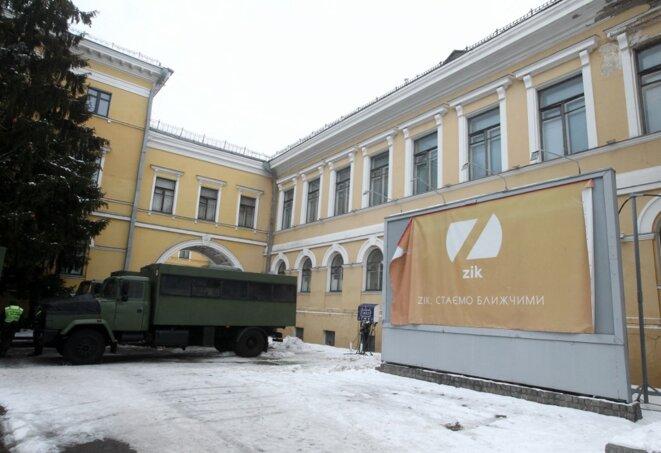 Devant les locaux de la chaîne de télévision Zik, à Kiev, le 3 février, au lendemain de sa fermeture. © STR / NURPHOTO / NURPHOTO VIA AFP