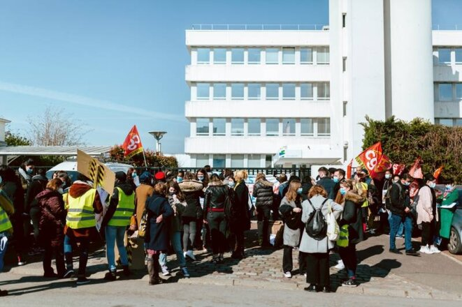 Environ 70 salariés de la Sauvegarde de Seine-Saint-Denis se sont rassemblés ce mardi matin devant le siège de l'association de protection de l'enfance, de l'adolescence et de l'adulte, à Bobigny. [Libération, Marie Rouge]