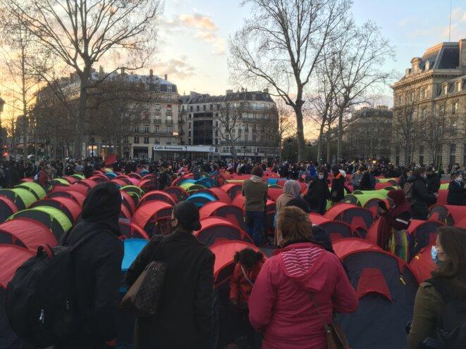 Un campement de migrants a été installé place de la République à Paris lors de la nuit de la solidarité. © NB