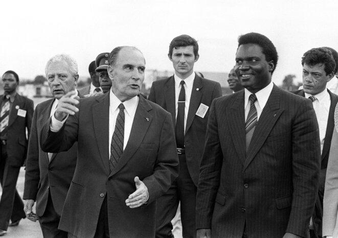 Le président français François Mitterrand, à Kigali (Rwanda), avec son homologue rwandais Juvénal Habyarimana, en décembre 1984. © Georges GOBET / AFP