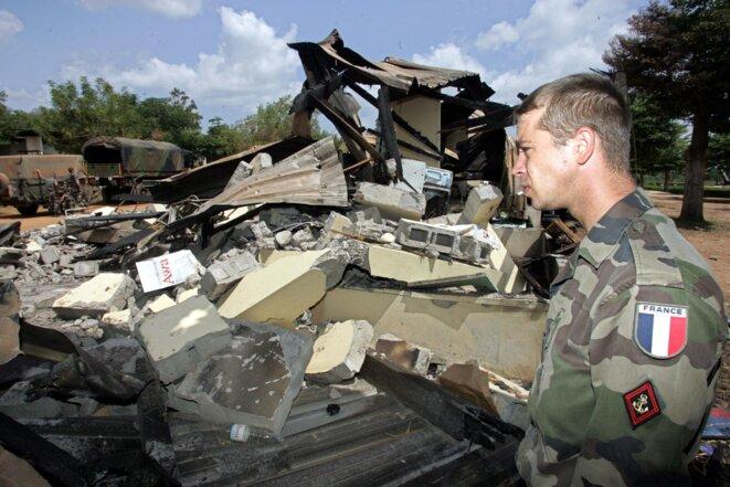 Un soldat français le 10 novembre 2004, après le bombardement de la base de Bouaké. © Philippe DESMAZES / AFP