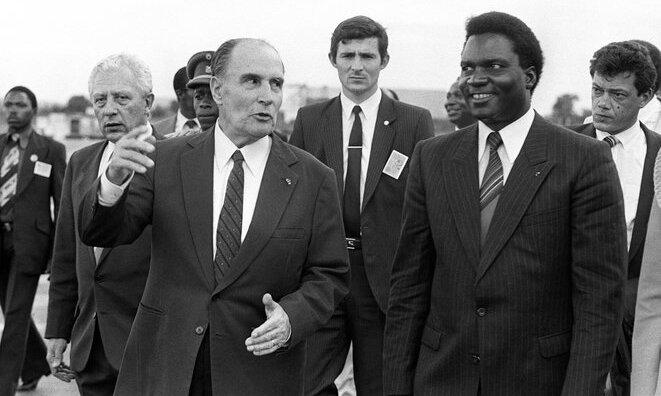 Mitterand avec le dictateur Habyarimana à Kigali en 1984 © Georges GOBET / AFP