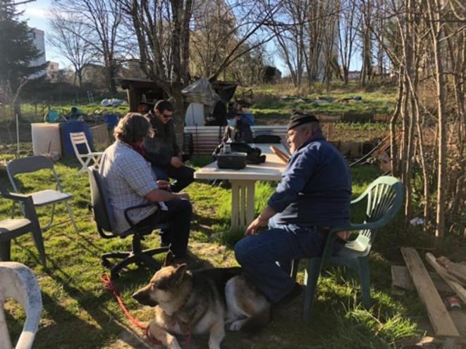 Mustapha, sa famille et des amis, aux jardin des Vaîtes, le 24 mars 2021 (JL).1