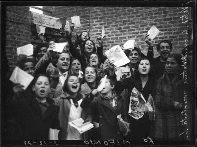 Des femmes des Jeunesses socialistes montrent les documents autorisant les femmes à voter, avant les élections de novembre 1933. Archives générales de l'administration espagnole.