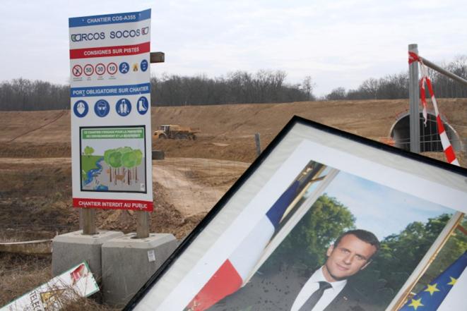 Le portrait d'Emmanuel Macron a été décroché à plusieurs reprises dans différentes communes autour de Strasbourg pour dénoncer l'inaction climatique de l'Etat et aussi, d'avoir imposé le Contournement Ouest de Strasbourg contre toute logique environnementale.