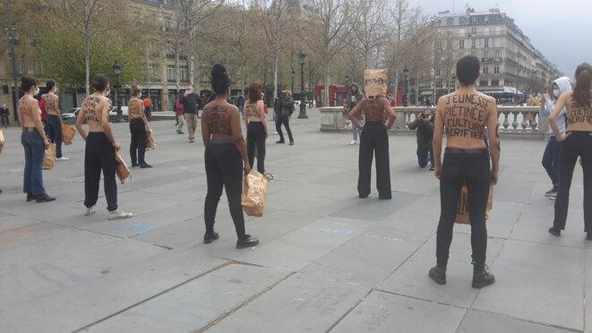 Place de La République, midi, ce lundi de Pâques